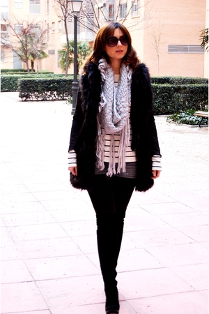 gray scarf Zara scarf - denim shorts BLANCO - black fur vest Zara