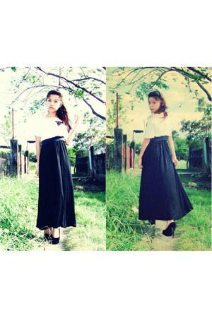 black maxi skirt - ivory crop top top - black black suede pumps