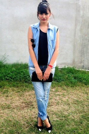 ripped jeans - black wallet - light blue denim vest - toetip pumps