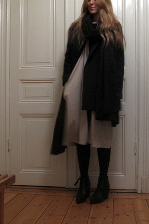 black Rodebjer scarf - green Rodebjer coat - beige Rodebjer dress - black acne s