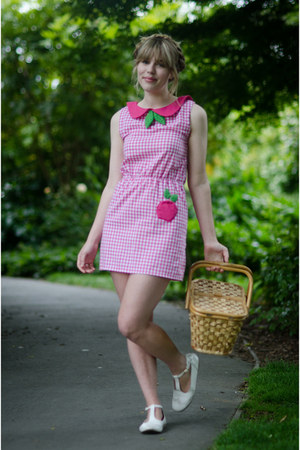 bubble gum Lost in the Haze dress - camel basket thrifted vintage bag