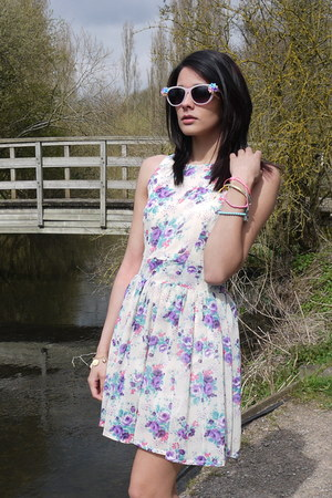 ivory Love Struck dress - peach sunglasses
