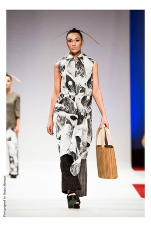 cotton coat - brown wood bag - black sandals