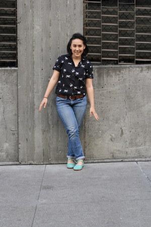 black Ah Mah shirt - blue boyfriend jeans Levis jeans