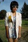 White-vintage-blazer-blue-vintage-top-gold-vintage-accessories-black-shoes