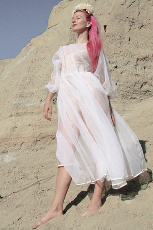 white moms prom vintage dress - bubble gum cerise hair Directions accessories