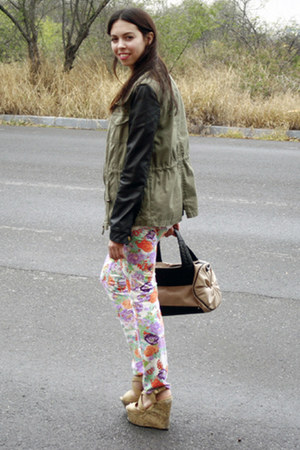 olive green Pull and Bear jacket - tan Zara bag - white unica pants