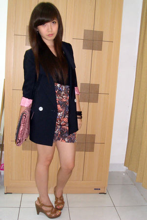 black top - black shorts - brown shoes - blue blazer - pink purse - black bracel