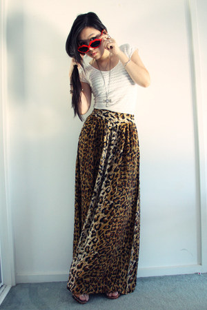 light brown leopard print MinkPink skirt - white pins and needles top