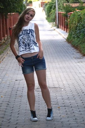white chicnova top - blue house shorts - black chicnova necklace