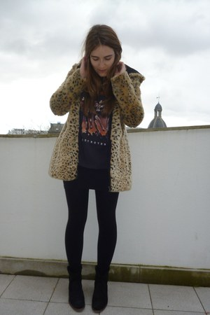 beige Zara coat - black Pull &amp; Bear t-shirt