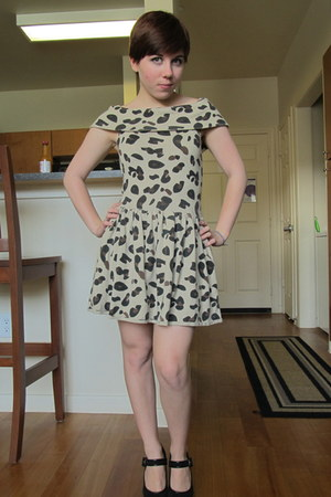 camel soc dress - black  heels