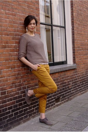 mustard classic H&M pants - heather gray flower Zara top