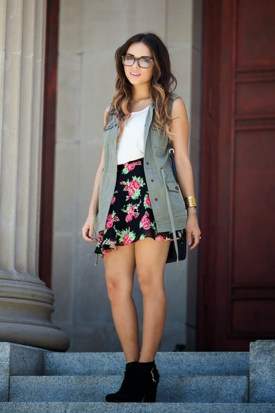 hot pink floral Guess skirt - black ankle booties Guess boots