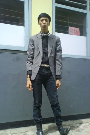 gray blazer - black shirt - black jeans - white accessories - white belt - black