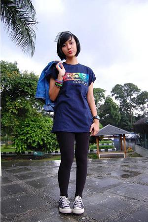 blue t-shirt - jacket - black leggings - black
