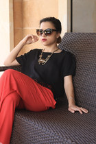 black top - black Stradivarius heels - red pants - gold H&M necklace