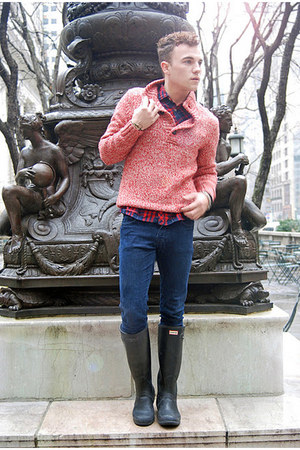 red cable H&M sweater - black wellington Hunter boots