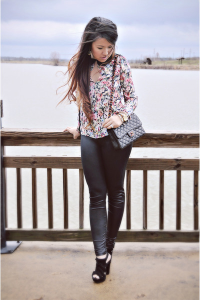 pink floral Zara blouse - black leather HUE leggings - tortoise Chanel bag