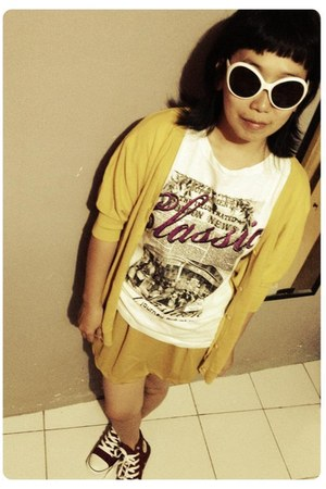 white X2 sunglasses - white t-shirt - yellow batwing Shenny cardigan