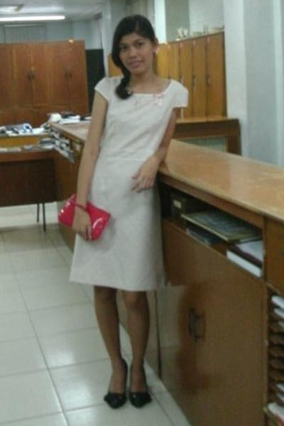 ivory dress - red red purse - black heels