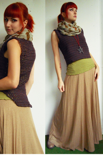 deep purple crochet DIY vest - beige New Yorker scarf