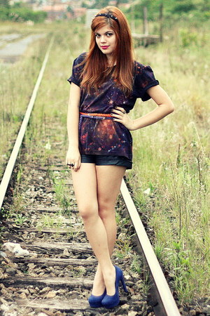 galaxy print DIY shirt - leather shorts vintage shorts - Via Marte pumps