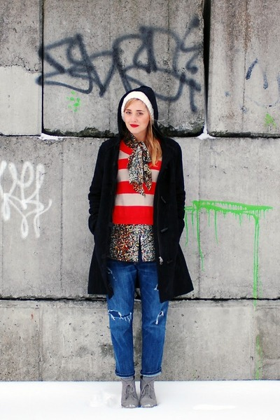 blue boyfriend jeans Current Elliot jeans - black swing coat Gap coat