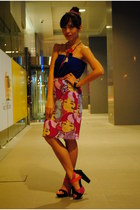 hot pink thrifted skirt - black Jellybean heels - blue thrifted top