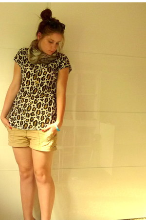 H&amp;M t-shirt - bronze H&amp;M scarf - beige H&amp;M shorts