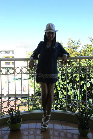 navy dress - white hat - white sandals
