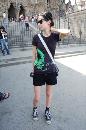 black ray ban Ray Ban sunglasses - blue Converse shoes - black Dr Denim shorts