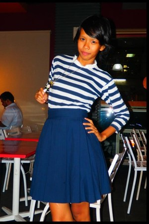 navy skirt - navy white stripes T Hills top