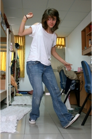 Hanes shirt - American Eagle jeans - Converse shoes