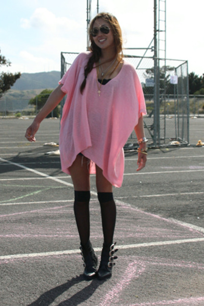 pink top - black boots