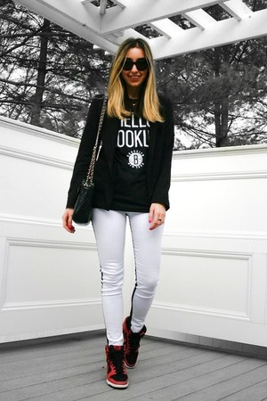 dark gray hello brooklyn sportiqe t-shirt - white two tone Hudson jeans