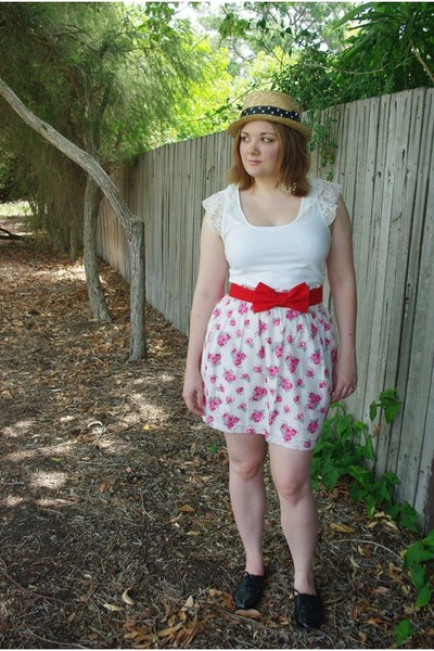 tan straw boater Bodyline hat - white floral Forever New skirt