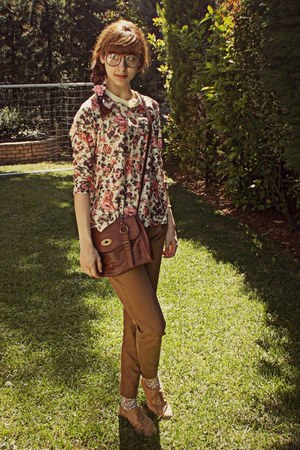 eggshell floral romwe sweatshirt - brown bag - tan oxford flats - bronze pants