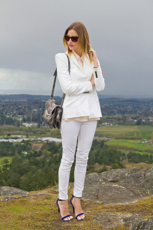white Zara jeans - white Zara blazer - silver botkier bag - blue Guess heels