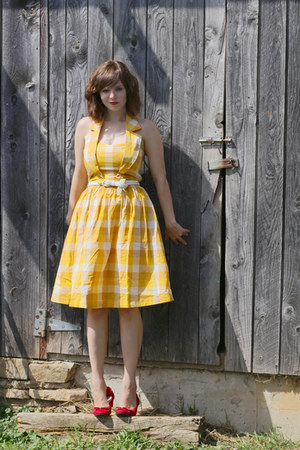 gold Blutsgeschwister dress - red Dana Buchman heels - white thrifted belt