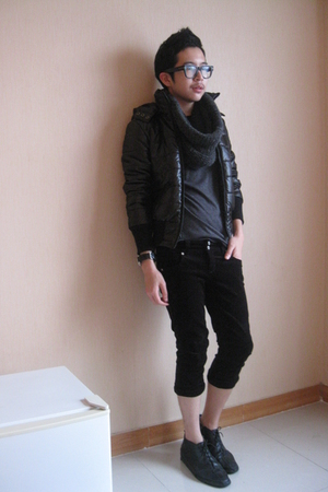 black jacket - scarf - pants - black shoes - gray t-shirt