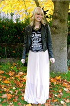 neutral pleated cichic skirt - black jack daniels Amason shirt