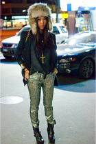 beige faux fur H&M hat - black platform Din Sko boots
