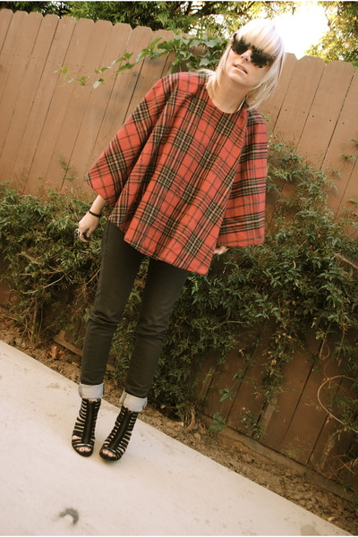 black volcom jeans - brick red thrifted cape - black Nyla heels