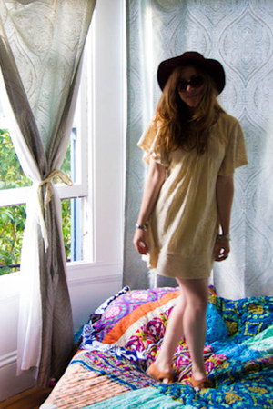 lace Tulle dress - leather vintage shoes - floppy free people hat