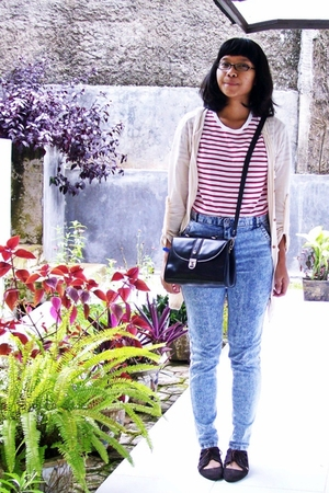 beige cardigan - red t-shirt - blue jeans - black purse - brown shoes
