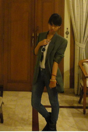 green blazer - white t-shirt - blue Levis jeans - black boots