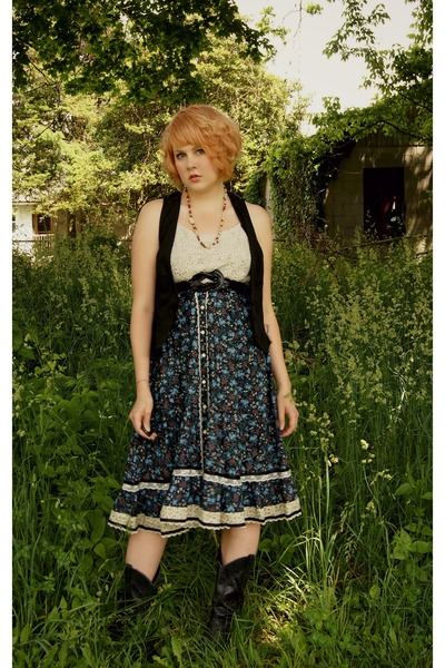 navy cotton Gunne Sax skirt - black cowboy vintage boots