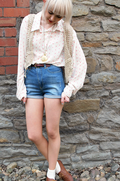 sky blue high waisted Vero Moda shorts - white polka dot vintage blouse - bronze