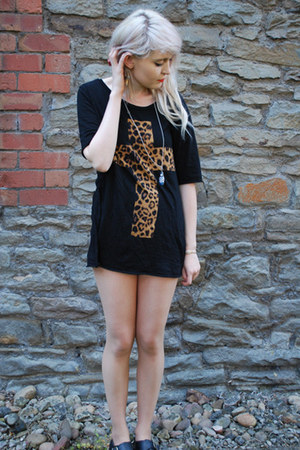 black cross Urban Outfitters t-shirt